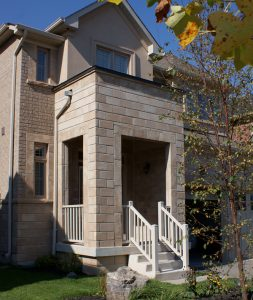 Chamfer Walling in Sierra Blend – Accessories in Sierra Blend: Smooth Jambs and Rock Face Sills